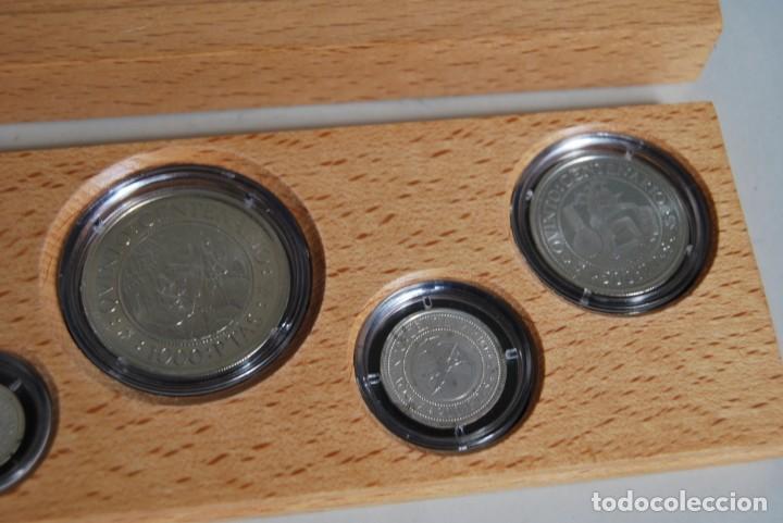 Monedas de España: CINCO MONEDAS QUINTO CENTENARIO DESCUBRIMIENTO DE AMÉRICA - CRISTOBAL COLÓN - PLATA - ESTUCHE MADERA - Foto 3 - 211759946
