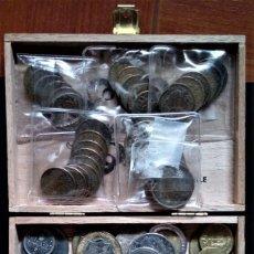 Monedas de España: CAJITA MONEDAS DE ESAPAÑA FRANCO 1 Y 2,5 PTAS Y EXTRANJERAS. Lote 254191045