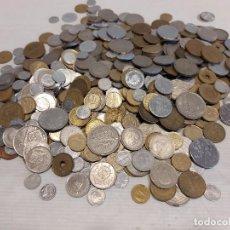 Monedas de España: 600 MONEDAS / MAYORMENTE FRANCO Y REY / TAMBIÉN ALGUNAS DE EXTRANJERO / OCASIÓN !! 1,8 KG. Lote 263018475