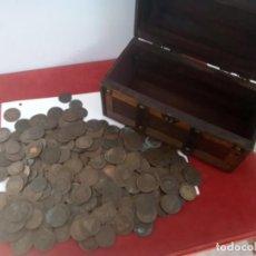 Monedas de España: LOTE DE 400 MONEDAS COBRE AÑOS 1870/900 CIRCULADAS PUESTAS EN UN BAUL. Lote 267751564