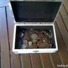 Monedas de España: CAJA CON CIENTOS DE MONEDAS EXTRANJERAS, VER. Lote 288351578