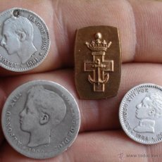 Monedas de España: INTERESANTE LOTE DE 3 MONEDAS DE PLATA 1 PESETA 50 CÉNTIMOS + TROZO INSIGNIA A CATALOGAR. Lote 48709445