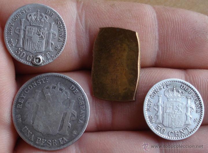 Monedas de España: INTERESANTE LOTE DE 3 MONEDAS DE PLATA 1 PESETA 50 CÉNTIMOS + TROZO INSIGNIA A CATALOGAR - Foto 2 - 48709445