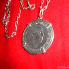 Monedas Franco: MONEDA DE 100 PESETAS DE PLATA DE FRANCO. ENGARZADA EN CADENA DE PLATA.. Lote 58622647