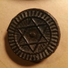 Monedas hispano árabes: GUERRA DE MARRUECOS - ESTRELLA DE DAVID - MONEDA 1289 RECONVERTIDA EN PIN DE OJAL - CURIOSA. Lote 75427627