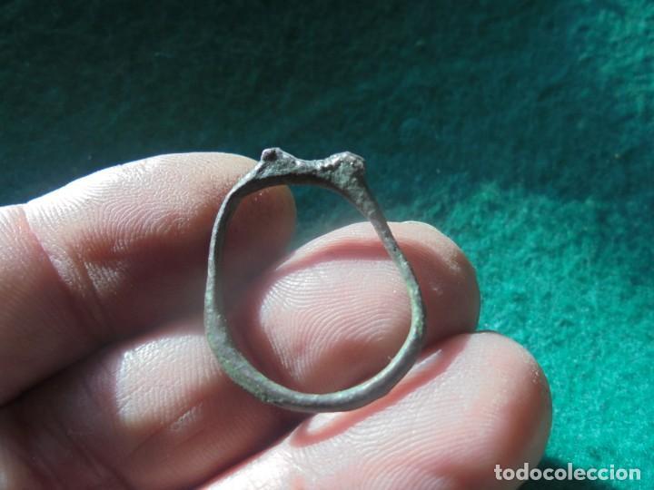 Monedas ibéricas: curioso anillo en bronce con 2 cabecitas de lobo - Foto 3 - 241960020
