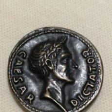 Monedas Imperio Romano: MONEDA ROMANA CAESAR DICTADOR REPRODUCCION DE COLECCIONISTA. Lote 174004498