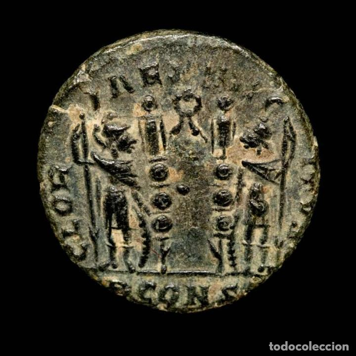 CONSTANTINO II. ARLES. GLORIA EXERCITVS GUIRNALDA PCONST. (Numismática - Periodo Antiguo - Roma Imperio)