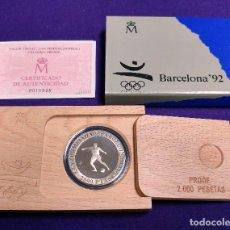 Monedas Juan Carlos I: MONEDA DE PLATA. 2000 PESETAS. XXV OLIMPIADA BARCELONA 1992. FUTBOL. FNMT. ESTUCHE Y CERTIFICADO.. Lote 105742735