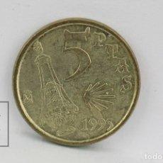 Monedas Juan Carlos I: MONEDA JUAN CARLOS I - 5 PESETAS 1993 / VARIANTE DE CUÑO 5 - JACOBEO - CONSERVACIÓN MBC. Lote 131233122