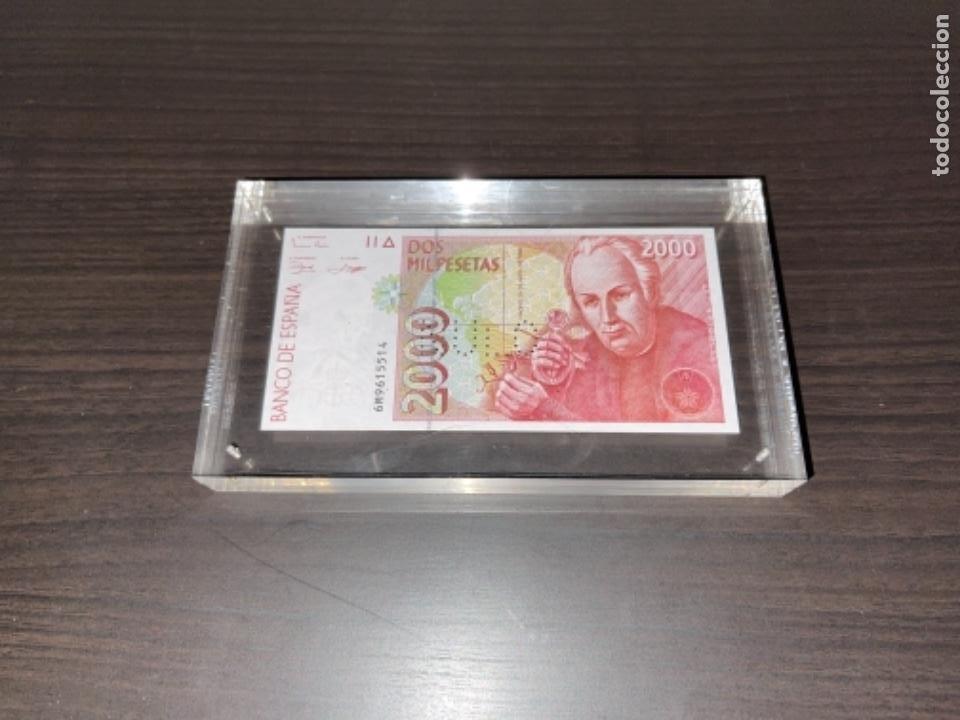 Monedas Juan Carlos I: NULO!! MUY RARO BILLETE DE ESPAÑA DE 2000 PTAS CON PERFORACION DE NULO SIN CIRCULAR - Foto 2 - 257891760