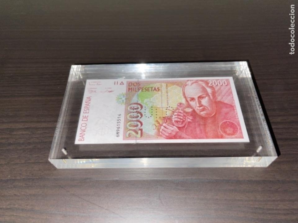 Monedas Juan Carlos I: NULO!! MUY RARO BILLETE DE ESPAÑA DE 2000 PTAS CON PERFORACION DE NULO SIN CIRCULAR - Foto 3 - 257891760