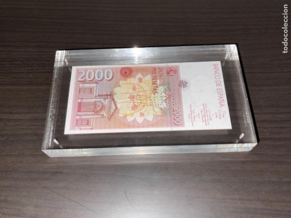 Monedas Juan Carlos I: NULO!! MUY RARO BILLETE DE ESPAÑA DE 2000 PTAS CON PERFORACION DE NULO SIN CIRCULAR - Foto 5 - 257891760