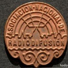 Monedas locales: FICHA EN BRONCE ASOCIACIÓN NACIONAL DE RADIODIFUSIÓN. Lote 86532612