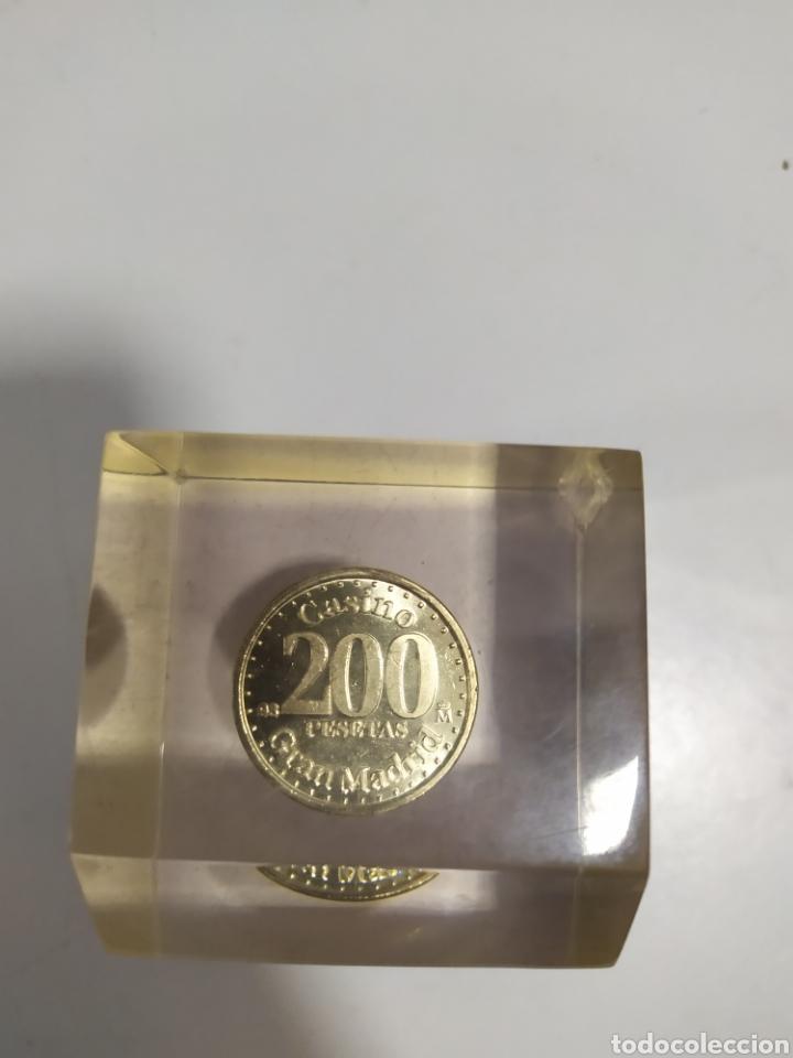 ANTIGUA FICHA DE EL CASINO DE MADRID DE 200 PESETAS DE LA CASA DE MONEDA DE MADRID, EN METACRILATO (Numismática - España Modernas y Contemporáneas - Locales y Fichas Dinerarias y Comerciales)