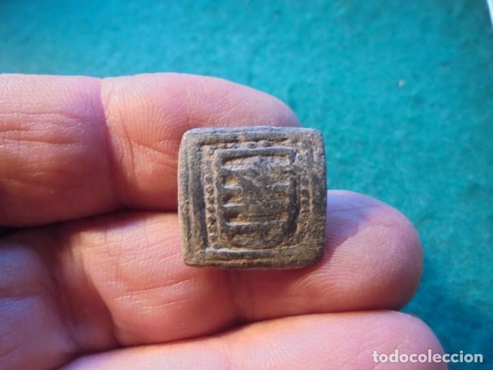 BONITO APLIQUE MEDIEVAL CON DECORACION, UN ESCUDO NOBILIARIO (Numismática - Medievales - Castilla y León)