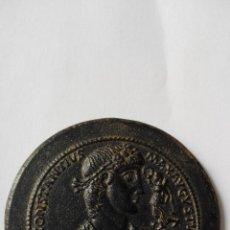 Monedas medievales: ENORME MEDALLÓN A NOMBRE DE CONSTÁNTIUS MÁXIMO BRONCE 93,46 GMS 6,3 CMS SG. XVI O POSTERIOR. Lote 91259260