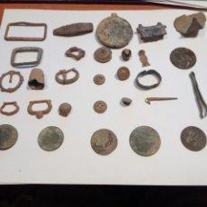 Monedas medievales: LOTE DE 30 PIEZAS MUY ANTIGUASDE BRONCE MONEDAS HEBILLAS BOTONES Y MAS. Lote 107914299