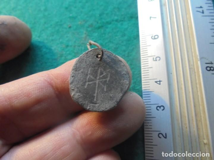 Monedas reinos visigodos: bonito colgante con un pez y un cristograma , bronce - Foto 3 - 252697905