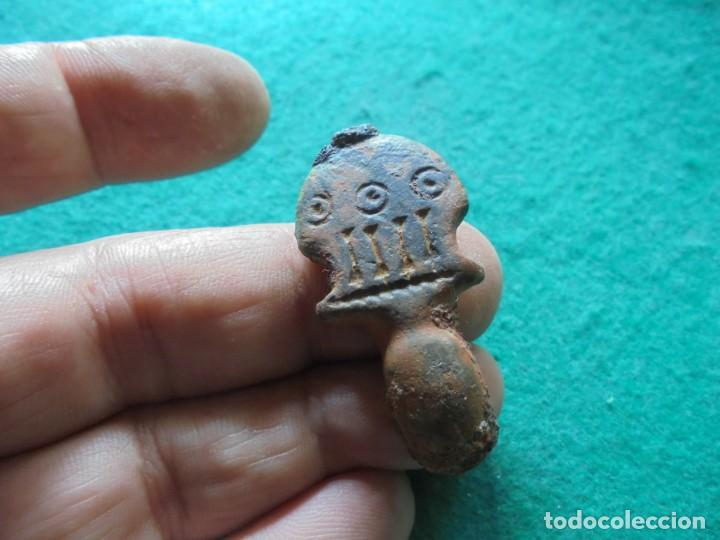 BONITA AGUJA DE HEBILLA DE CINTURON EN BRONCE , DECORADA CON UNA NUMERACION 4 EN LATIN (Numismática - Hispania Antigua - Reinos Visigodos)