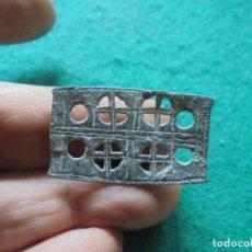 Monedas reinos visigodos: BONITO APLIQUE DE CINTURON EN BRONCE, CON 4 CRUCES CALADAS. Lote 270172738