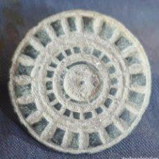 Monedas reinos visigodos: BOTÓN VISIGODO DE BRONCE TALLADO. Lote 271879123