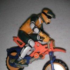 Motos a escala: MOTO DE CROS CON PILOTO IMPECABLE. Lote 20700730