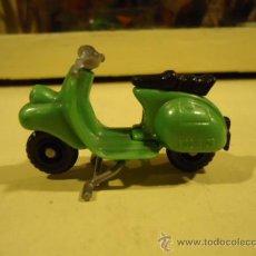 Motos a escala: MOTO VESPA HUEVOS KINDER. Lote 26195465