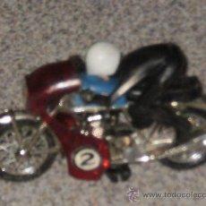 Motos in scale: MOTO HONDA CON PILOTO , FABRICADA EN METAL Y PLASTICO . AÑOS 60/70 . . Lote 28185432