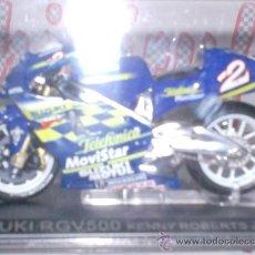 Motos a escala: MOTO SUZUKI RGV500 K. ROBERTS JR. AÑO 2000 ESC. 1,24 CON PEANA Y ESTUCHE. Lote 34010449