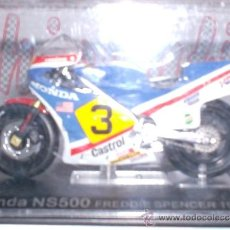 Motos in scale: MOTO HONDA NS500 F. SPENCER AÑO 1983 ESC. 1,24 CON PEANA Y ESTUCHE. Lote 34010697