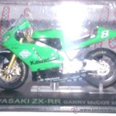 Motos a escala: MOTO KAWASAKI ZX-RR G. MACCOY AÑO 2003 ESC. 1,24 CON PEANA Y ESTUCHE . Lote 34010797