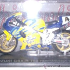 Motos a escala: MOTO SUZUKI GSX-R 750 P. F. CHILI AÑO 2001 ESC. 1,24 CON PEANA Y ESTUCHE . Lote 44930943