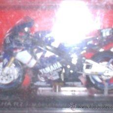 Motos a escala: MOTO YAMAHA R7 AÑO 2000 ESC. 1,24 CON PEANA Y ESTUCHE . Lote 44930920