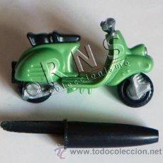 Motos a escala: PEQUEÑA VESPA VERDE - MOTO A ESCALA - DE PLÁSTICO - JUGUETE - TRANSPORTE - MOTITO. Lote 35056375
