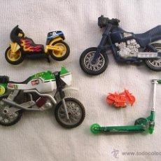 Motos a escala: 4 MOTOS Y 1 MONOPATIN - LA MOTO VERDE Y BLANCA MIDE 16 CM DE LARGA X 9 CM DE ALYA. Lote 42403616