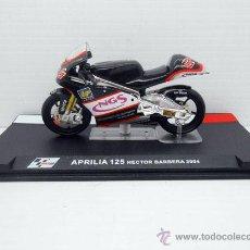 Motos a escala: MOTO APRILIA 125 HECTOR BARBERA 2004 IXO ALTAYA 1/24 MOTORBIKE DIECAST MODEL. Lote 151324321