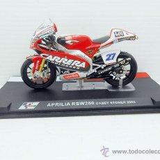 Motos in scale: MOTO APRILIA RSW250 CASEY STONER 2005 METAL IXO ALTAYA MOTORBIKE 1:24 CARRERA. Lote 203632472
