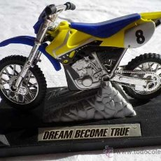 Motos a escala: MOTO AMARILLA MOTOCICLETA REPRODUCCION DREAM BECOME TRUE. Lote 46593931