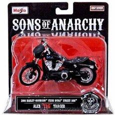 Motos a escala: MOTO HARLEY DAVIDSON 2006 ESCALA 1:18 DE LA SERIE DE TV SONS OF ANARCHY ALEX TIG TRAGER. Lote 55882561