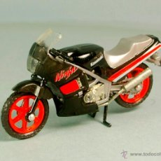 Motos a escala: MOTO KAWASAKI GPZ 400 NINJA - MOTOCICLETA METAL 1:32 1990 MOTORCYCLE BIKE - NUEVA SIN USAR VINTAGE. Lote 53950927