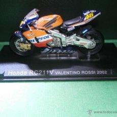 Motos a escala: MOTO - MINIATURA A ESCALA - HONDA RC 211V - VALENTINO ROSSI 2002.REPSOL - ESCALA 1-24 - EN PEANA . Lote 54944614