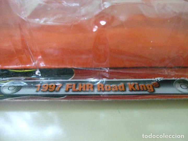 Motos a escala: MOTO HARLEY DAVIDSON FLHR ROAD KING 1997 - MAISTO DIE CAST REPLICA ESCALA 1:18 - DIECAST MINIATURA - Foto 2 - 64081767