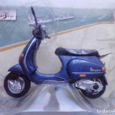 Motos a escala: VESPA 125 ET4 1996 MOTO METAL EN MINIATURA ESCALA 1/18 MAISTO. Lote 90979220
