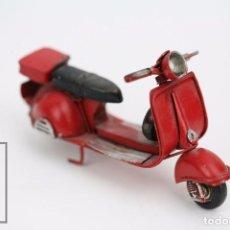 Motos a escala: MOTO A ESCALA DE HOJALATA - VESPA / MOTOCICLETA - ROJO - MEDIDAS 11,5 X 5 X 6,5 CM. Lote 91720270