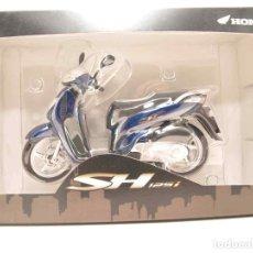 Motos a escala: HONDA SH125I AZUL ESCALA 1/12 MOTO METAL MINIATURA. Lote 92690759