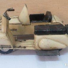 Motos a escala: ANTIGUA Y GRANDE MOTO CON SIDECAR METALICA APROX 1940 OBRA DE ARTE. Lote 101675095