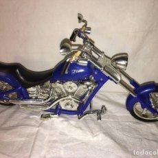 Motos a escala: MOTO MOTOCICLETA CHOPPER A ESCALA GRANDE, FUNCIONA HACER RUIDOS DE MOTOR, MED. 34 CMTS APROX. Lote 104188719