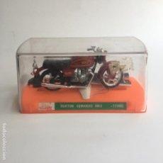 Motos a escala: MOTO MOTOCICLETA GUILOY NORTON COMANDO MK3 NUEVA CON SU CAJA, PEANA Y CATALOGO. Lote 125399431