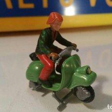 Motos a escala: MOTORISTA EN VESPA K02 N.28. Lote 129530383